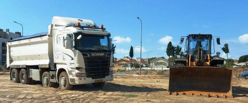 המשאית והשופל שנתפסו על ידי המשטרה
