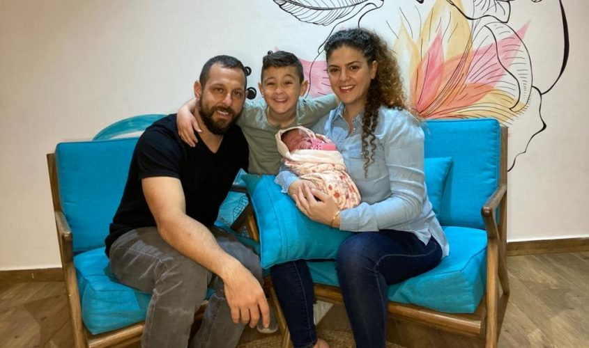 """משפחת חודרה והתינוקת סול. צילום: דוברות מד""""א"""