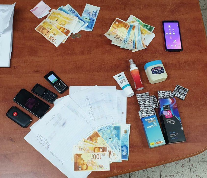 הכסף, הניידים והציוד שנתפס במקום. צילום: דוברות המשטרה