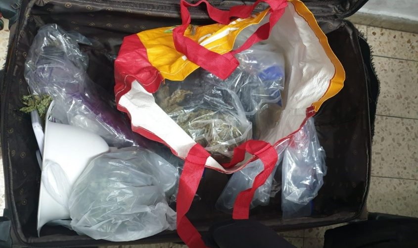 המזוודה עם הסמים שנמצאו בדירה