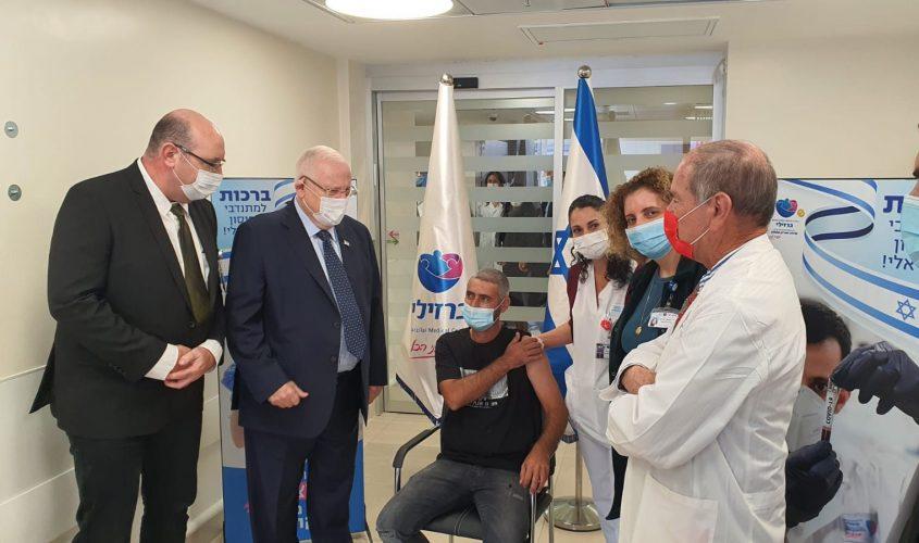 הנשיא ריבלין ואלעד המתחסן בחיסון הישראלי. צילום: עמוס בן גרשום
