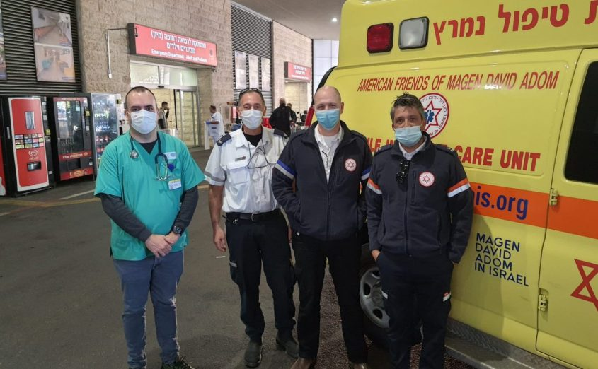 """צוות ניידת טיפול נמרץ של מד""""א עם הרפוא מחדר המיון. הבוקר. צילום: דוברות ברזילי"""