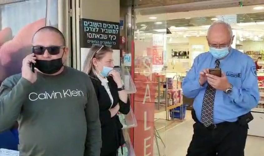 """עו""""ד מיכאל אוזדין בכניסה למשביר. צילום: משה ניסימפור"""
