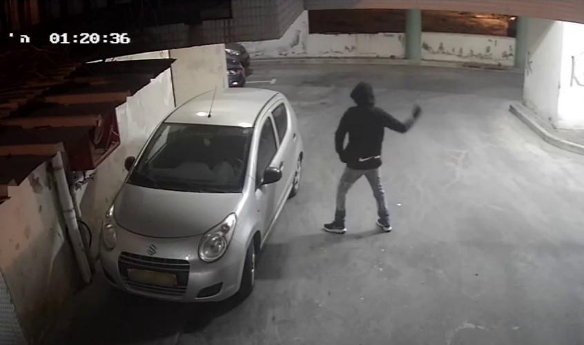 אחד הנערים מנפץ שמשה של רכב