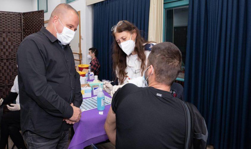 תומר גלאם במתחם החיסונים. צילום: סיון מטודי