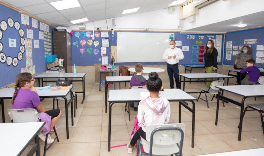 ראש העיר עם תלמידים. צילום: דוברות עיריית אשקלון