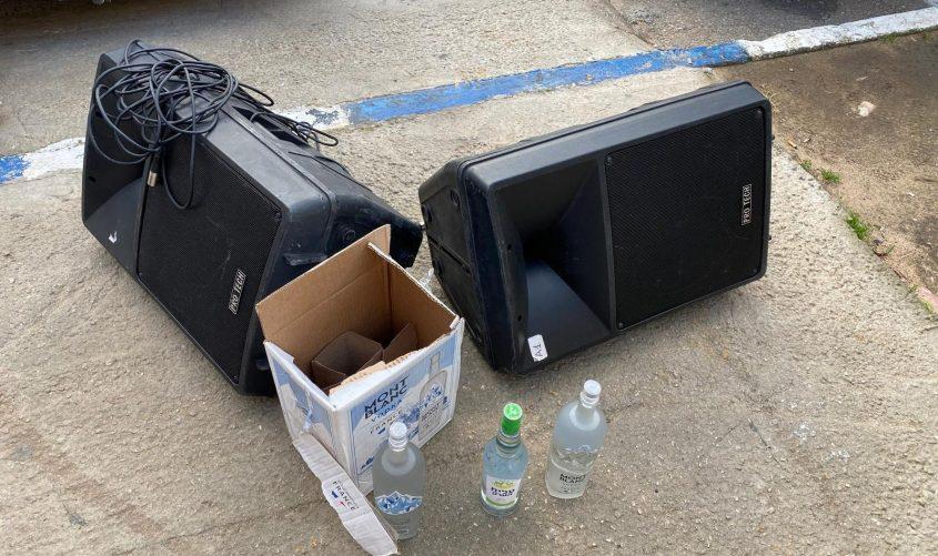 חלק מהציוד שנתפס במסיבה: אלכוהול ורמקולי ענק. צילום: דוברות המשטרה