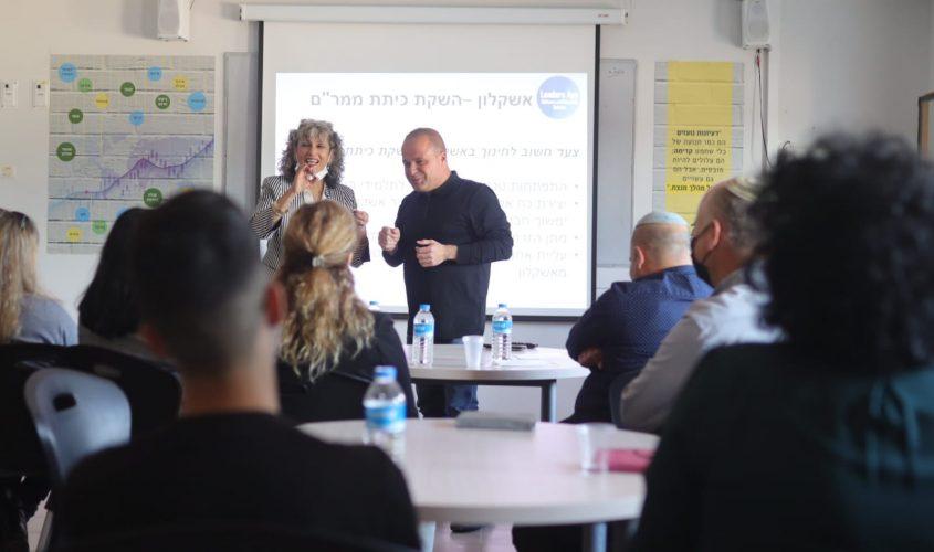 ראש העירייה, תומר גלאם ומנהלת בית הספר, שרה מצרפי. צילום: אלדד עובדיה