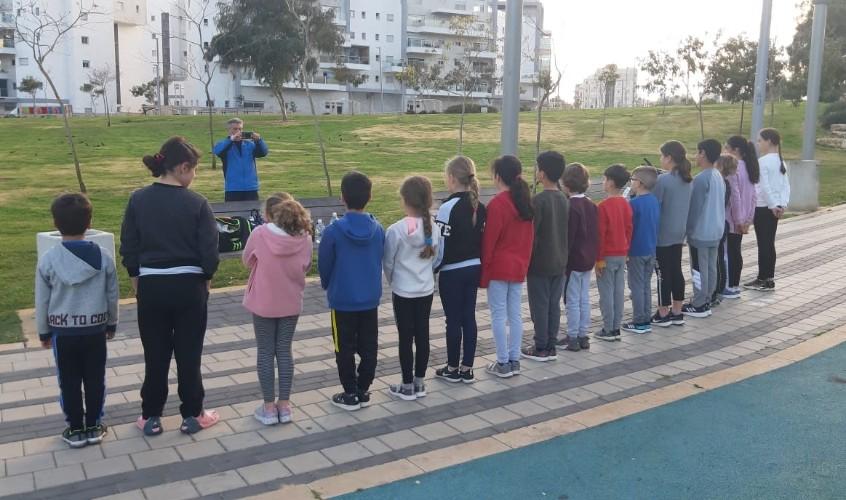 ילדי הקבוצה מתאמנים בחוץ