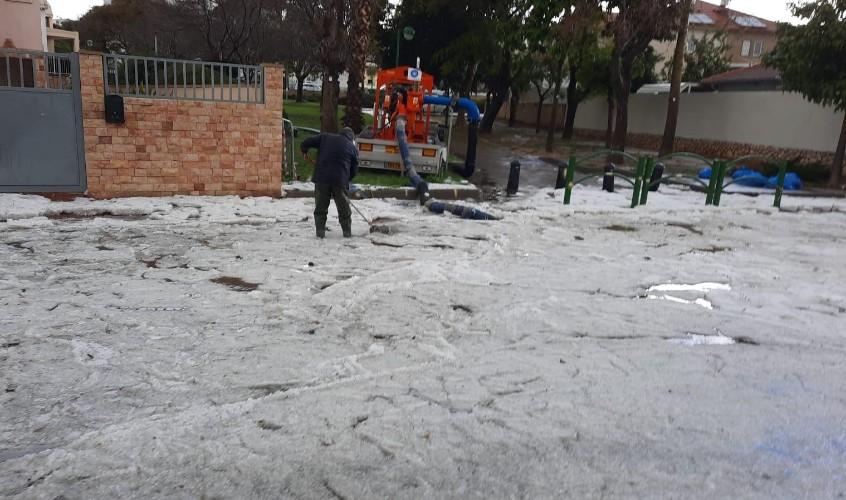 ברד כבד כיסה את הכביש. צילום: דוברות עיריית אשקלון