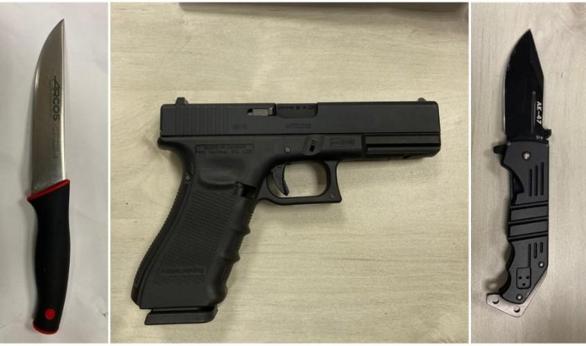 אקדח וסכינים שנמצאו אצל החשודים. צילום: דוברות המשטרה