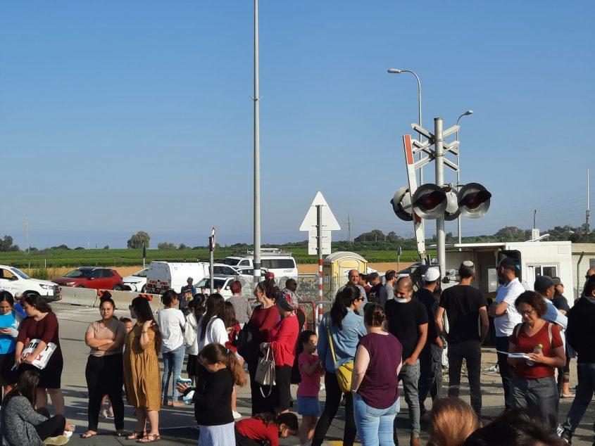המפגינים על המסילה. צילום: נתי מויאל