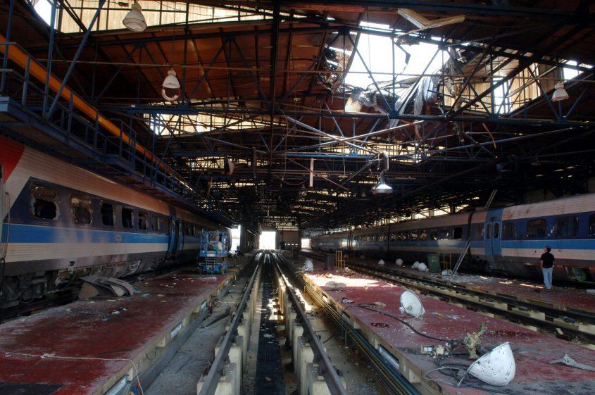 """מוסך הרכבת לאחר פגיעת הקטיושה. צילום: משה מילנר/לע""""מ"""