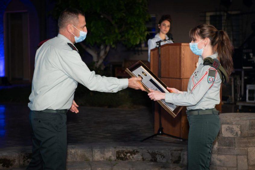 """סרן ויקי זליקמן מקבלת את האות מהרמטכ""""ל. צילום: דובר צה""""ל"""