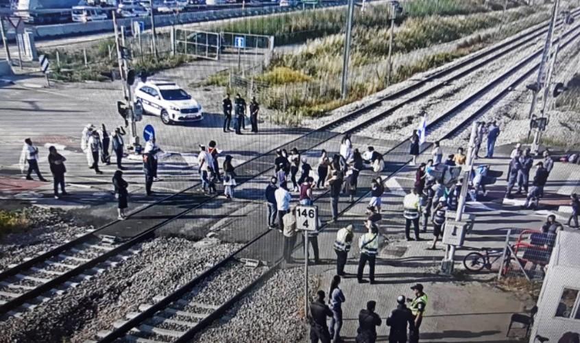 המפגינים על המסילה