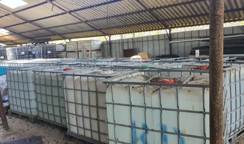 המחסן והחביות. צילום: המשרד להגנת הסביבה