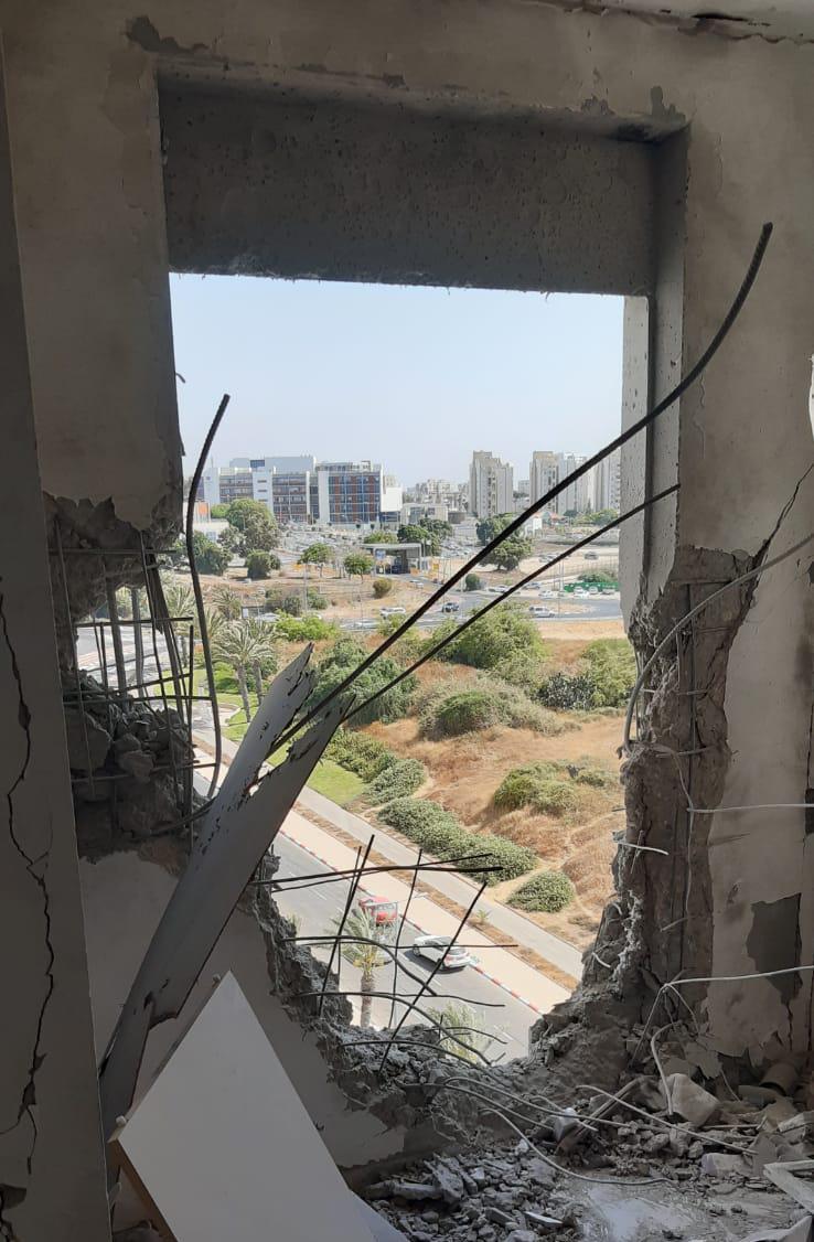 """הפגיעה בבניין. צילום: דוברות זק""""א"""