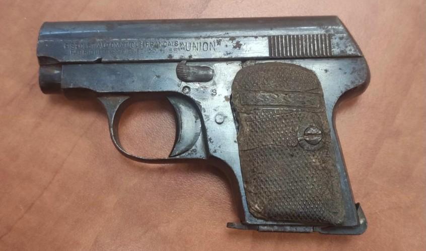 האקדח שנגנב. צילום: דוברות המשטרה
