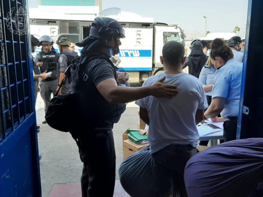 """פינוי עצורים מבית המעצר שקמה. צילום: דוברות שב""""ס"""