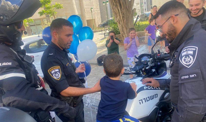 השוטרים מפתיעים את הראל