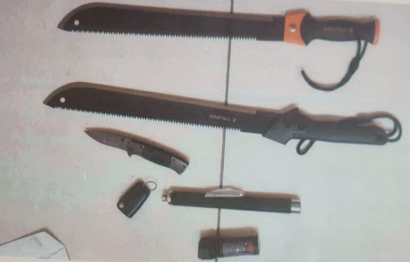 כלי התקיפה שנתפסו אצל החשודים. צילום: דוברות משטרת ישראל