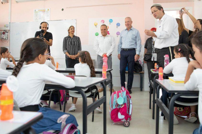 """שר החינוך מבקר בבית הספר חמ""""ד ברנע. צילום: דוברות עיריית אשקלון"""