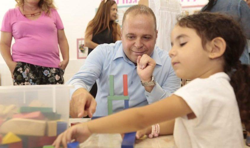 ראש העירייה מבקר בגני הילדים. צילום: דוברות עיריית אשקלון