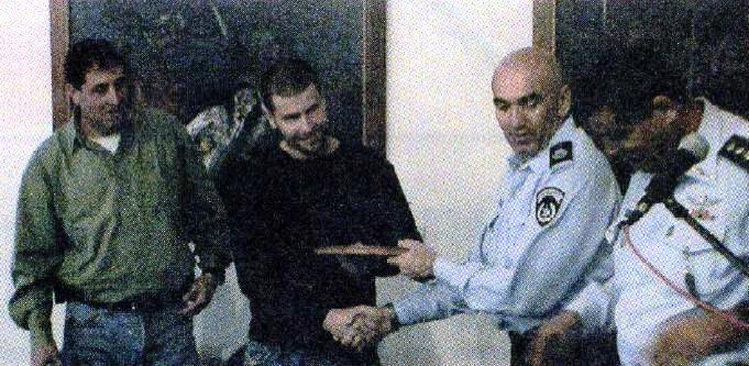 קורן מקבל תעודת מינוי ונשק ממפקד המחוז דאז, אורי בר לב