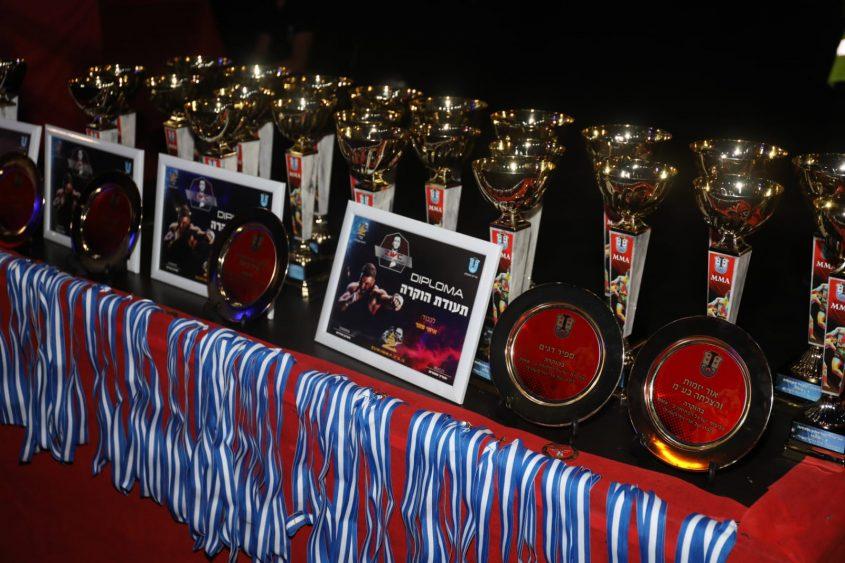 הגביעים והמדליות של התחרות. צילום: פוטו יוסי את עוזי