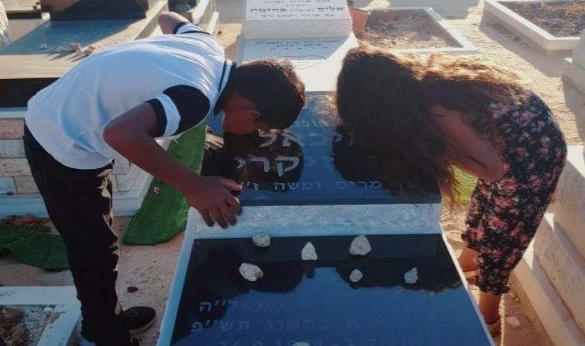 """ילדי משפחת אלקרים בקבר של מיכאל בן זיקרי ז""""ל"""