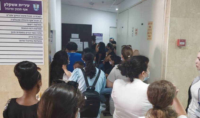 עשרות הורים במסדרון, בלי מזגן ועם ייאוש