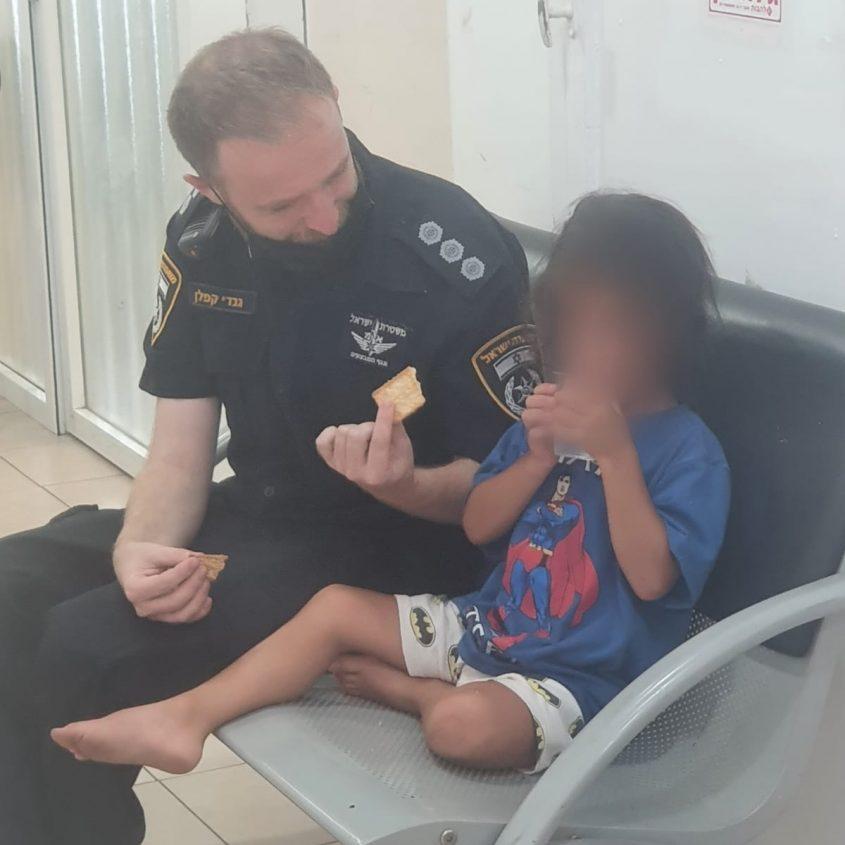 הילד בתחנת המשטרה