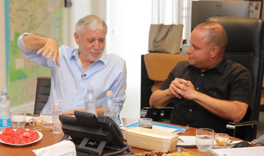 ראש העירייה תומר גלאם ושר הרווחה מאיר כהן. צילום: פוטו יוסי את עוזי