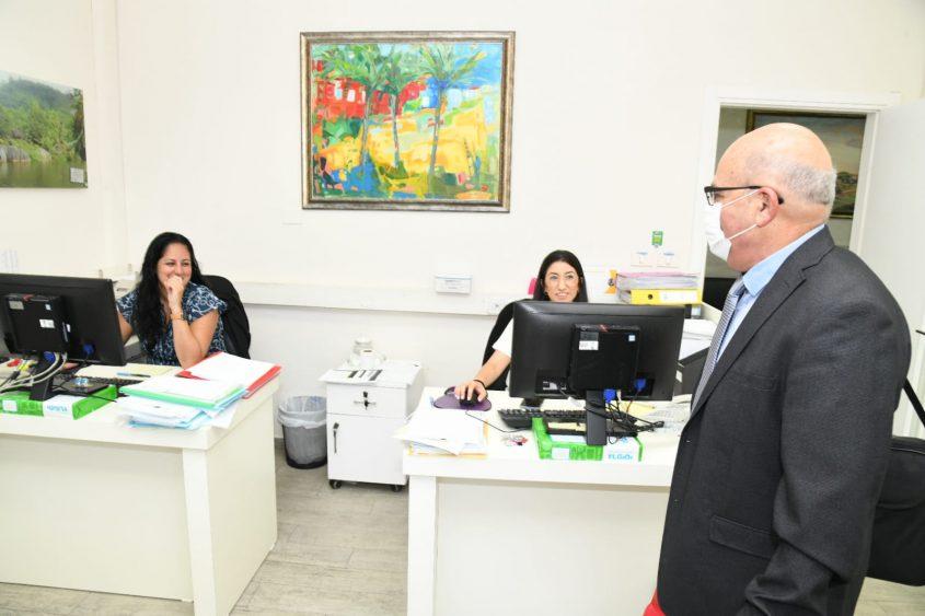 פרופ' חזי לוי והפקידות בהנהלה. צילום: דוד אביעוז, צילום רפואי, דוברות ברזילי