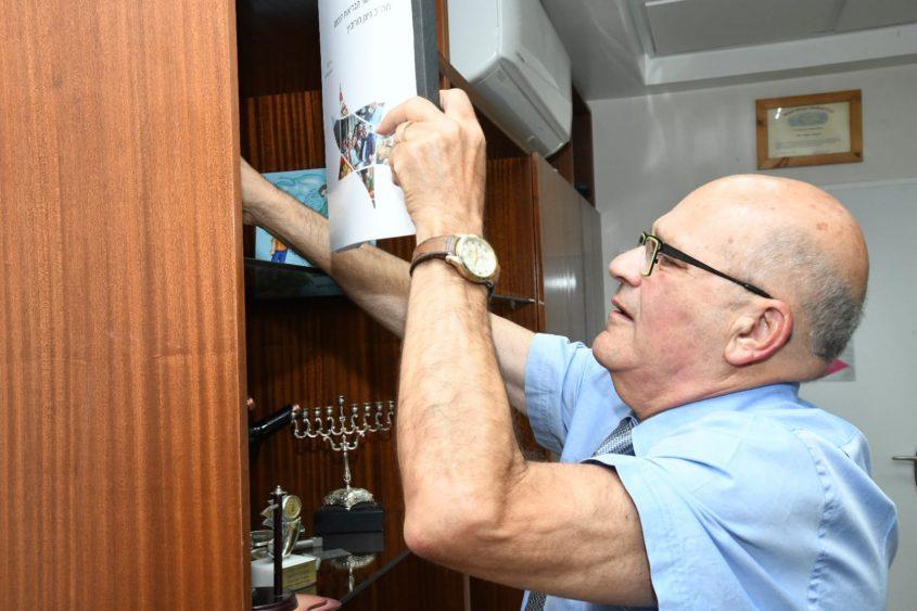 פרופ' חזי לוי מארגן את משרדו. צילום: דוד אביעוז, צילום רפואי, דוברות ברזילי