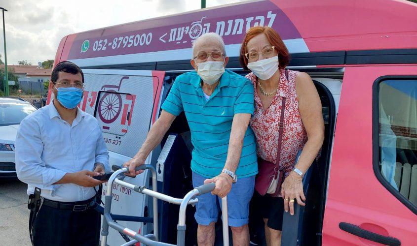 הסעת מבוגרים לקבלת חיסון. צילום: דוברות עיריית אשקלון