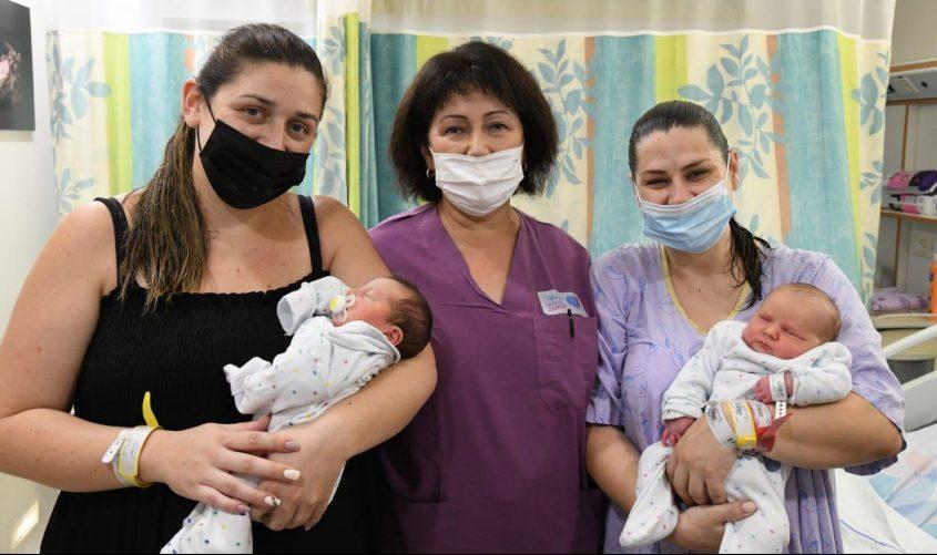הסבתא זויה עם הבת, הכלה והתינוקות הטריים. צילום: דוד אביעוז, צילום רפואי ברזילי