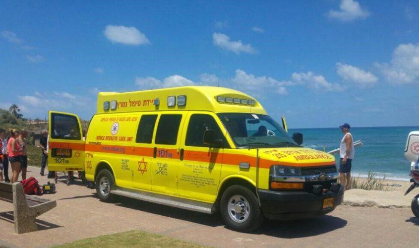 """ניידת טיפול נמרץ סמוך לחוף הים. צילום ארכיון: דוברות מד""""א"""