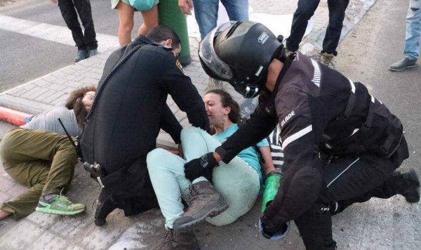 """המחאה בכניסה למתחם קצא""""א. צילום: ניקו רוז'ה"""