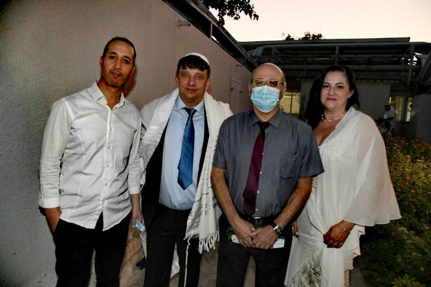 הזוג עם פרופ' חזי לוי וצחי כהן. צילום: דוד אביעוז, צילום רפואי ברזילי