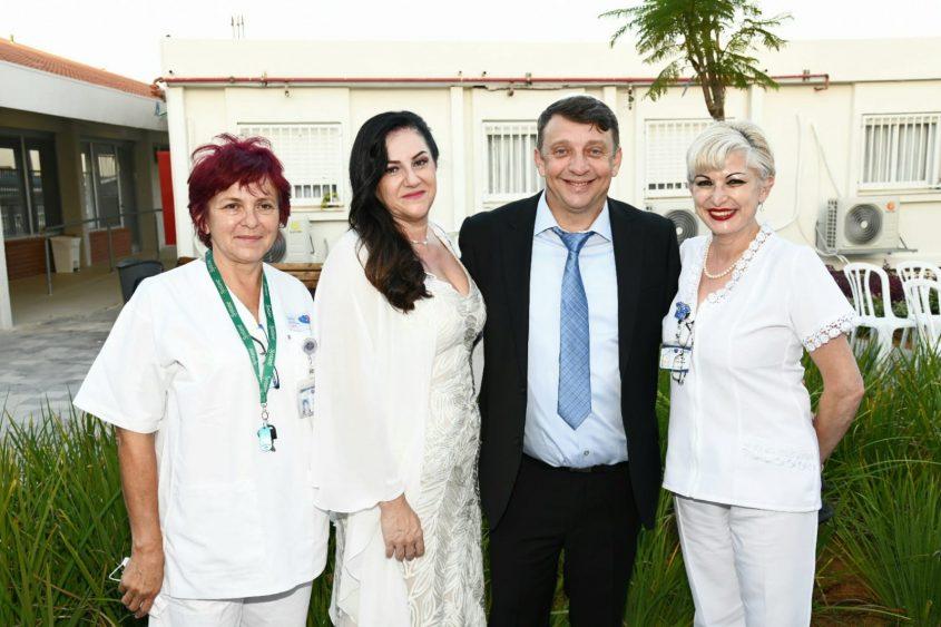 הזוג והצוות. צילום: דוד אביעוז, צילום רפואי ברזילי