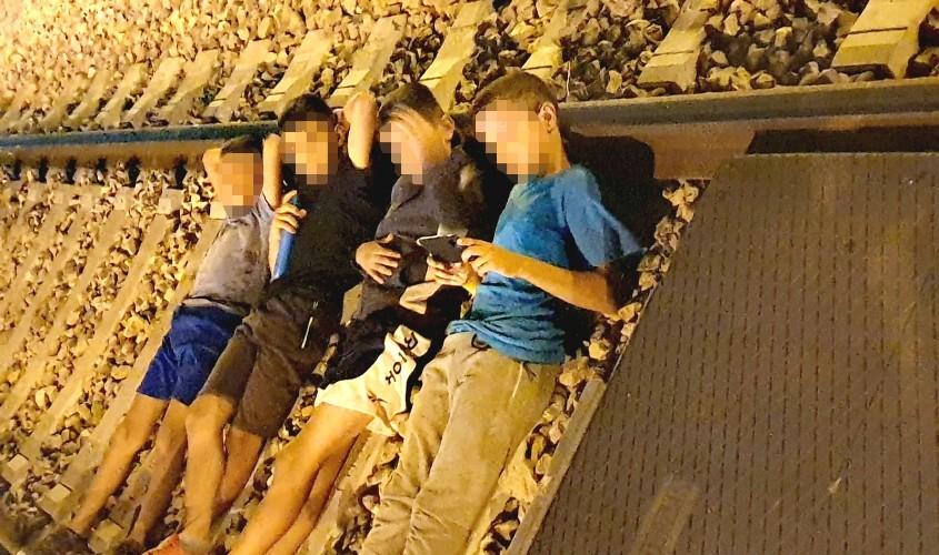 ילדים ונערים חוסמים הערב את המסילה. צילום: אפרת ליפשיץ